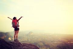Viandante della donna a braccia aperte Fotografia Stock