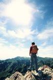 Viandante della donna che fa un'escursione al bello picco di montagna Fotografia Stock