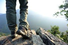 Viandante della donna che fa un'escursione supporto sulla scogliera Immagini Stock Libere da Diritti