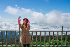Viandante della donna che prende foto con il cellulare Fotografia Stock