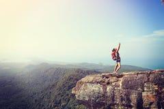 Viandante della donna che prende le foto con il cellulare al picco di montagna Immagini Stock Libere da Diritti