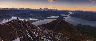 Viandante della donna che sta su un bordo di una montagna, godente di bella alba fotografie stock libere da diritti