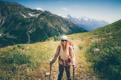 Viandante della donna con alpinismo dello zaino Immagine Stock Libera da Diritti