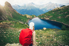 Viandante della donna con alpinismo rosso dello zaino Immagine Stock