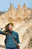 Viandante della donna con lo zaino all'aperto Immagini Stock Libere da Diritti