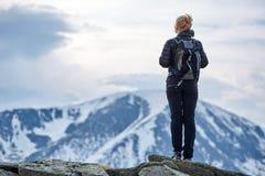 Viandante della donna con lo zaino nelle montagne Immagine Stock Libera da Diritti