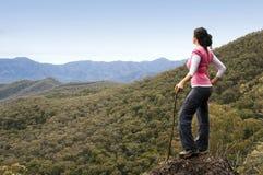 Viandante della donna in montagne Immagine Stock