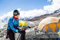 Viandante della donna nel campo base di Everest Fotografie Stock