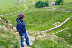 Viandante della donna su un percorso di Hillside ripido immagine stock