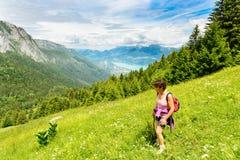 Viandante della donna su una traccia nelle alpi francesi Immagine Stock Libera da Diritti