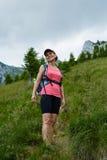 Viandante della donna su una traccia ripida Fotografia Stock Libera da Diritti