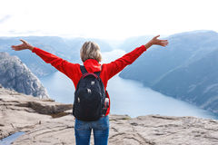 Viandante della donna sulla roccia del quadro di comando/Preikestolen, Norvegia Fotografie Stock Libere da Diritti