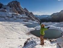 Viandante della donna sulla traccia di montagna Fotografia Stock Libera da Diritti