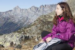 Viandante della donna sulle alpi svizzere Fotografia Stock Libera da Diritti