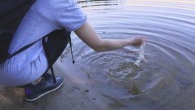Viandante della donna vicino al lago