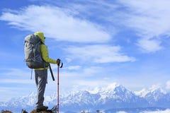 Viandante della giovane donna sul picco di montagna Fotografia Stock