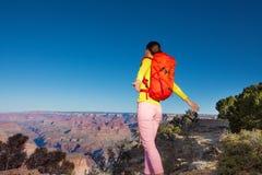 Viandante della giovane donna sull'orlo del Grand Canyon Immagine Stock