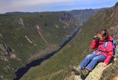 Viandante della ragazza che ammira il paesaggio dal DES Draveures, Quebec, Canada di Acropoles Fotografie Stock Libere da Diritti