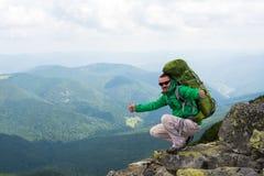 Viandante felice in montagne Immagine Stock