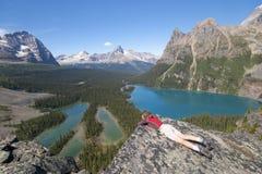 Viandante femminile al ohara del lago Immagine Stock