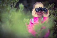 Viandante femminile che guarda tramite il binocolo Immagine Stock