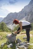 Viandante femminile che lega i lacci Fotografia Stock Libera da Diritti