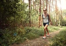 Viandante femminile nella foresta Fotografie Stock