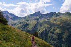 Viandante femminile nelle alpi di Allgau vicino ad Oberstdorf, Germania Immagine Stock Libera da Diritti