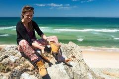 Viandante femminile sulla traccia di escursione Immagini Stock