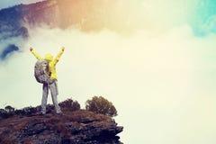 Viandante incoraggiante della giovane donna a braccia aperte alla bella montagna della neve Immagini Stock