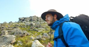 Viandante maschio che cammina con lo zaino in campagna 4k archivi video