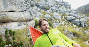 Viandante maschio che dorme in amaca 4k video d archivio