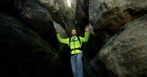 Viandante maschio che esplora una caverna 4k video d archivio