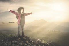 Viandante maschio che gode della libertà sulla montagna Immagine Stock Libera da Diritti