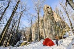 Viandante maschio quasi la sua tenda rossa nelle montagne Immagini Stock