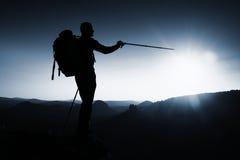 Viandante maschio sola nel paesaggio della montagna al tramonto all'orizzonte Bello panorama variopinto della montagna nella sera Fotografia Stock