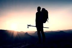 Viandante maschio sola nel paesaggio della montagna al tramonto all'orizzonte Bello panorama variopinto della montagna nella sera Fotografia Stock Libera da Diritti