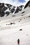 Viandante in montagna nevosa al giorno di molla piacevole Fotografie Stock Libere da Diritti