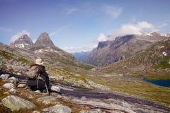 Viandante in montagne alpine Fotografia Stock Libera da Diritti