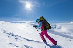 Viandante in montagne di inverno durante il giorno soleggiato Fotografia Stock