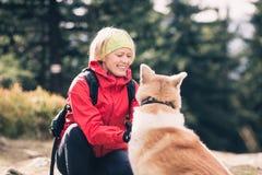 Viandante in montagne di Izerskie, Polonia con il cane Fotografia Stock