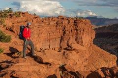 Viandante nel parco nazionale della scogliera del Campidoglio nell'Utah, U.S.A. immagini stock libere da diritti