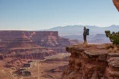 Viandante nel parco nazionale di Canyonlands nell'Utah, U.S.A. Fotografia Stock