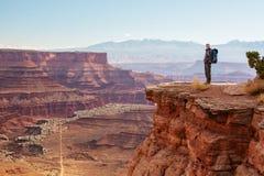Viandante nel parco nazionale di Canyonlands nell'Utah, U.S.A. Fotografia Stock Libera da Diritti