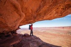 Viandante nel parco nazionale di Canyonlands nell'Utah, U.S.A. immagine stock libera da diritti
