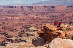 Viandante nel parco nazionale di Canyonlands nell'Utah, U.S.A. fotografie stock libere da diritti