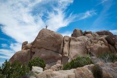 Viandante sopra grandi massi in Joshua Tree National Park fotografia stock libera da diritti