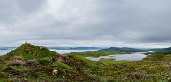 Viandante sopra un lago di trascuratezza Leathan, isola della montagna di Skye fotografie stock