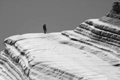 Viandante su formazione rocciosa Fotografie Stock Libere da Diritti
