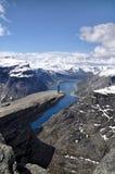 Viandante su Trolltunga, Norvegia Fotografia Stock Libera da Diritti